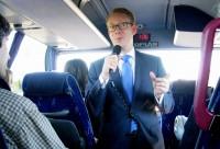 Tobias Billström åkte med bussen mot Volvo så långt som till Södertälje, innan han vände tillbaka mot Stockholm och regeringskansliet. Foto: Peter Alestig Blomqvist.