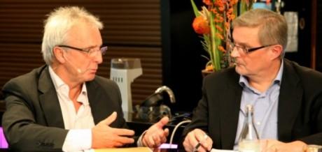 Göran Johnsson, fd ordförande Metall Metall och en av dem som var med och drev fram Industriavtalet 1997, diskuterar rapporten med Svenskt Näringslivs vice vd Christer Ågren. Foto: Johan Rönn.
