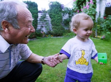 """""""När mina barnbarn kramar om mig, det är viktigt"""". Stefan Zablocki överlevde Förintelsen i Nazityskland och kom till Sverige som femtonåring. I dag föreläser han fortfarande, 81 år gammal, för skolelever om sitt liv. På bilden syns han med barnbarnet Emil. Foto: André de Loisted/Scanpix."""