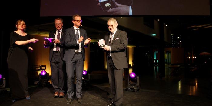 Hans Björklund tar emot priset av närings- och innovationsminister Mikael Damberg (S). Pernilla Pettersson/pernilla-P.com