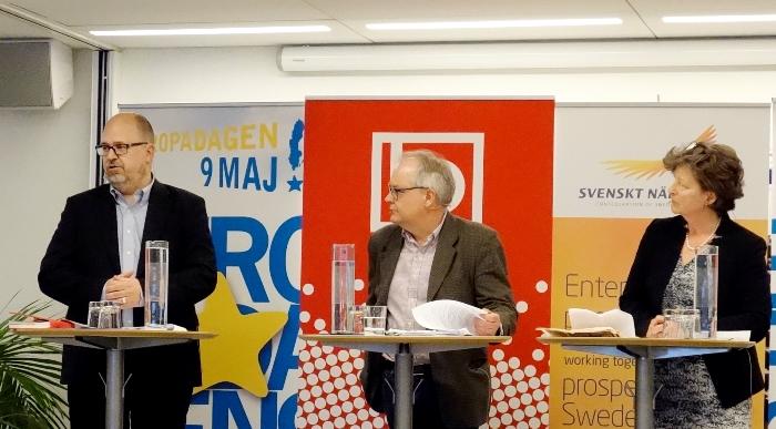 Under ett seminarium i Europahuset diskuterade Caroline af Ugglas, vice vd Svenskt Näringliv, och Karl-Petter Thorwaldsson, ordförande LO, TTIP:s möjligheter och utmaningar. I mitten moderator Anders Jonsson, Saco. Bild: Ingenjören