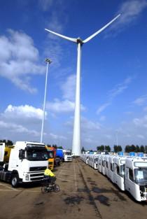 Foto: Volvo Trucks. Lastbilstillverkningen i Gent är koldioxidneutrala sedan 2007 och har egna vindkraftverk.
