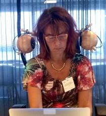 Forskaren Lena Pareto vid Högskolan Väst tar tillsammans med ljuddesignern Martin Ljungdahl Eriksson fram en ljudbubbla som ska hjälpa anställda i kontorslandskap att få arbetsro. Foto: Martin Ljungdahl Eriksson
