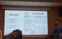 Johan Chammoun läser byggteknik och design. Här presenterar han ett av förslagen till inkluderande medborgardialog vid upprustningen av miljonprogrammet i Fittja. Foto: Ingenjören